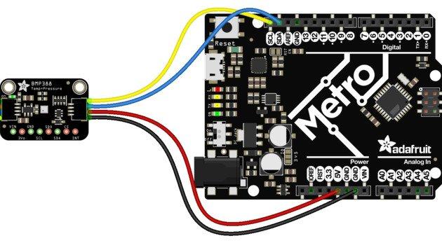 Przykład połączeczenia czujnika za pomocą złącz STEMMA QT / Qwiic oraz płytki Metro, będącej odpowiednikiem Arduino.