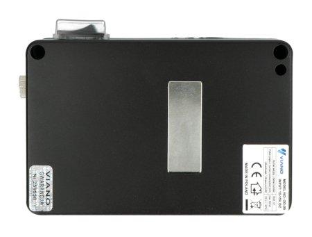 W tylnej części obudowy znajduje się mocny magnes neodymowy, który pozwala przytwierdzić urządzenie do dowolnej powierzchni metalowej.